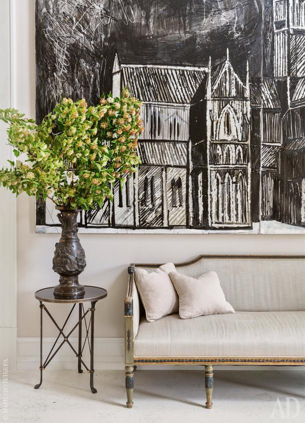 Фрагмент прихожей. Антикварный диван. Картина работы Маши Суворовой.