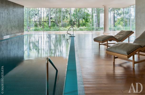 Фрагмент зоны бассейна. Окна в пол делают пространство ближе к природе.