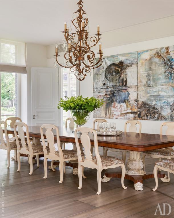 """Зона столовой. Стол, Oak; ваза, Moon Stores; стулья, Mis en Demeure; люстра, Fine Art Lamps; паркет, """"Золотой Лес"""". Картина работы Валерия Кошлякова."""