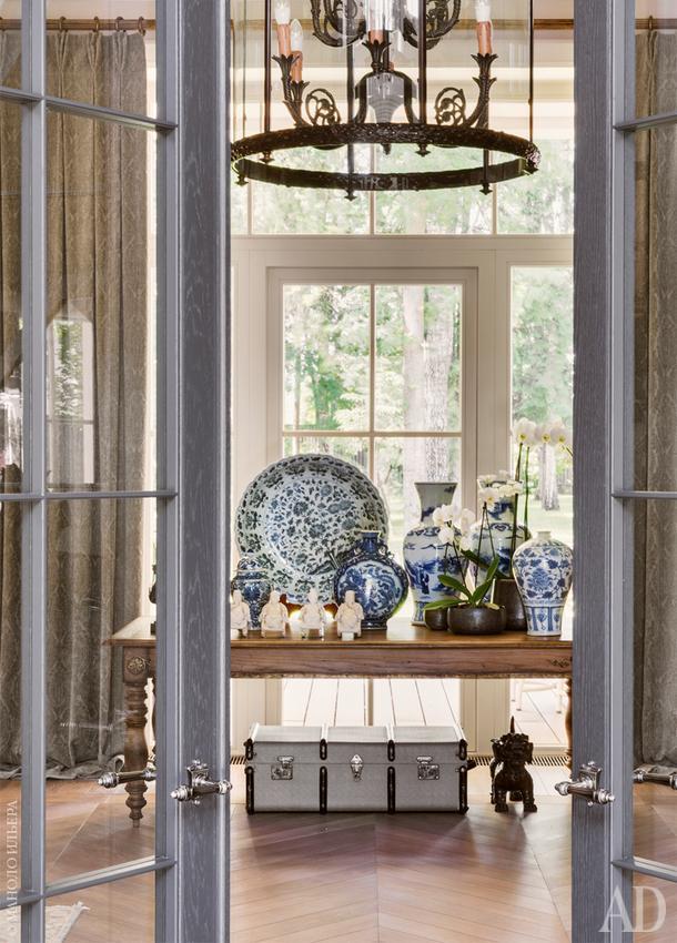Вход в каминный зал. Люстра, Arizzi; стол, Moissonnier. Бело-голубая керамика, Moon Stores.