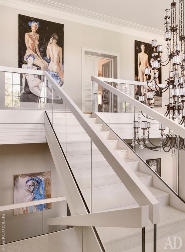 Лестница на второй этаж. Люстра, Fine Art Lamps. Вверху картины Марии Суворовой. Слева внизу картина работы Валерия Кошлякова.