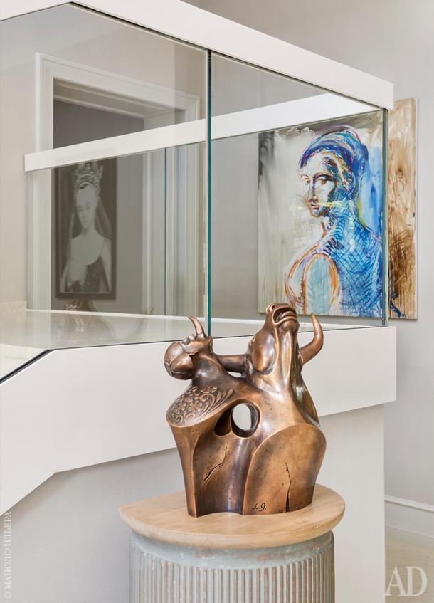 У лестницы. Скульптура работы Леонида Гришина.