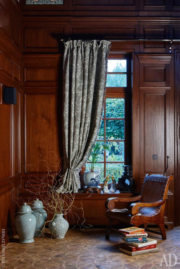 Фрагмент гостиной. Растительным элементам, присутствующим на фасаде, нашлось место и в текстиле штор.