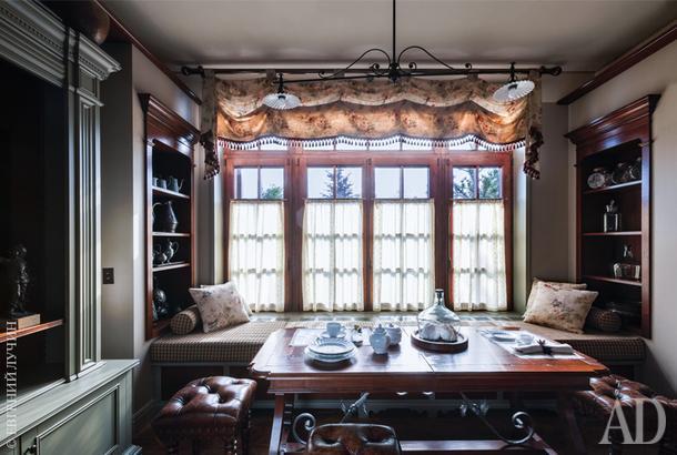 Изначальная планировка дома не позволила объединить кухню со столовой, поэтому последнюю обустроили отдельно — слева отгостиной.