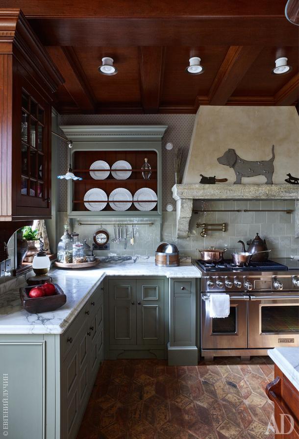 """Кухня. Дизайнеру удалось включить современную технику в интерьер, не нарушив его """"историчность""""."""