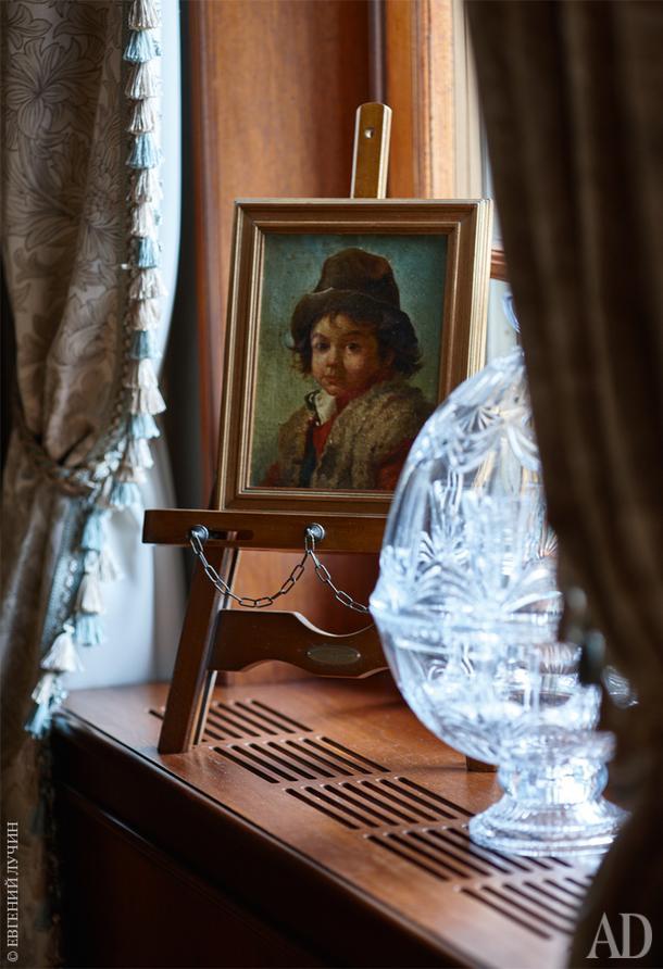 В доме много предметов малой формы — почти все они из коллекции дизайнера, который увлекается антиквариатом.