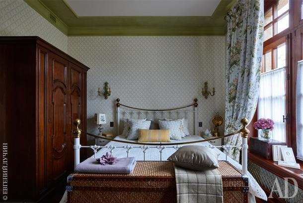 Одна из спален. Все они отличаются стилистически. Эта довольно романтичная ивыдержана в светлых тонах.