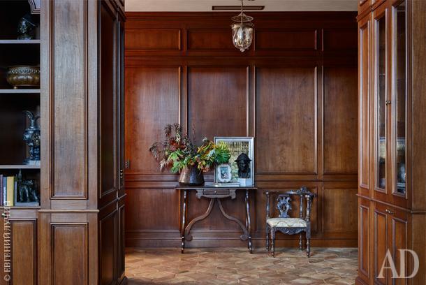 Почти весь дом отделан деревянными панелями. На втором этаже за ними скрыты, например, проходы в гардеробные.