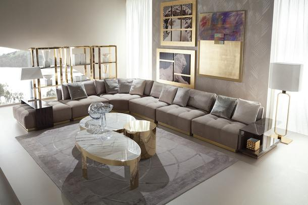 Секции дивана могут быть дополнены торцевыми и коктейльными столиками. Столешницы журнальных столиков выполнены из боливийского мрамора.