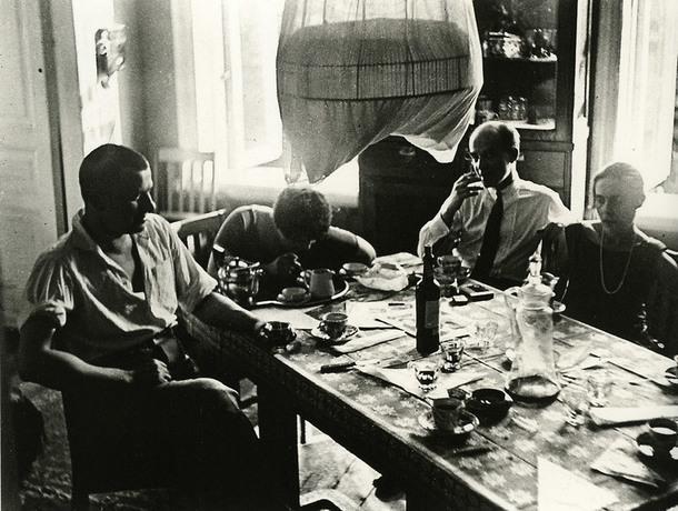 Владимир Маяковский, Варвара Степанова, Осип Бескин и Лиля Брик в квартире Бриков, которая находилась в Гендриковом переулке, 1928 год. Фотограф Александр Родченко.