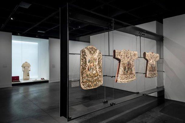 """Архитектура выставки """"Небесные тела: мода и католическое воображение"""" в Метрополитен-музее"""