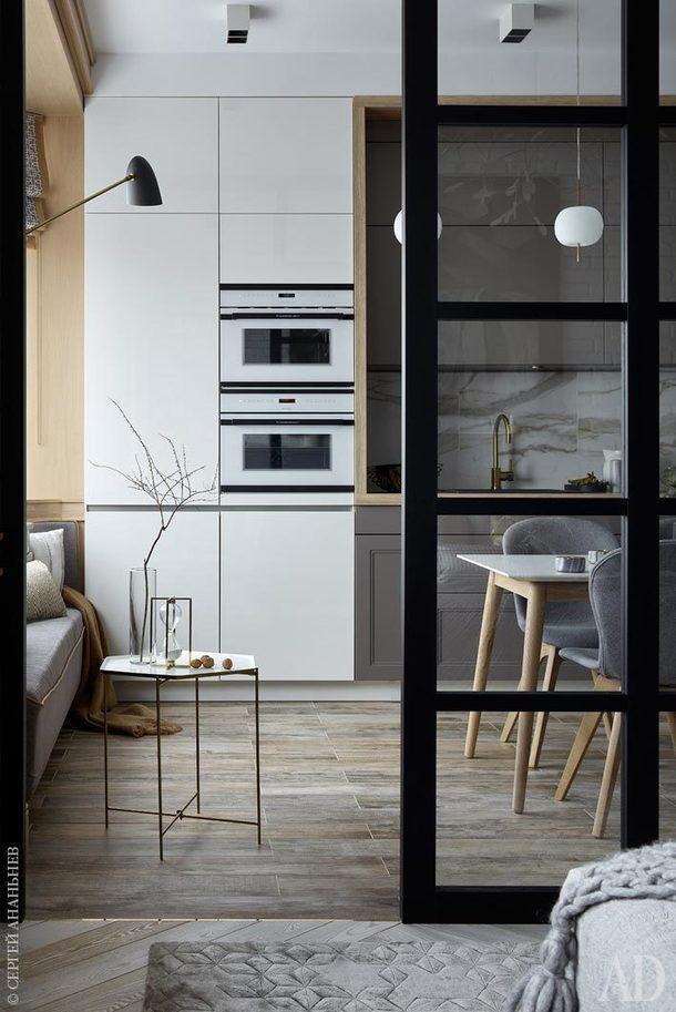 Вид из спальни на кухню-столовую. Диванчик у окна выполнен в мастерской AS Studio. Кухня