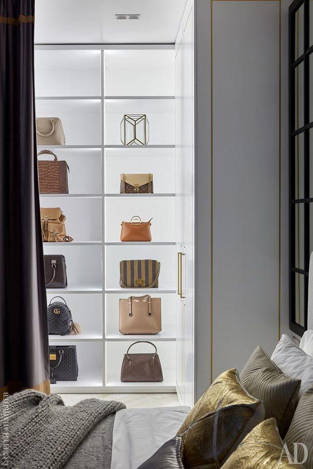 Коллекция сумок заказчицы заняла в гардеробной достойное место.