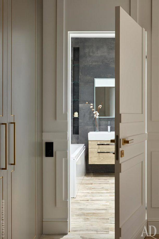 Ванную комнату — единственное помещение, которое изначально было отделено перегородкой, Антонина Синчугова расширила, бойлер, хозблок, стиральную машину и сушку спрятала от глаз.