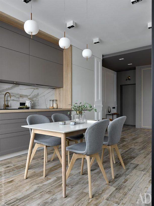 Вид из кухни на прихожую. Шкаф выполнен по чертежам Антонины Синчуговой в мастерской AS Studio; молдинги, Artique; консольный столик, Liberty Home; керамическая шкатулка,Урбаника.