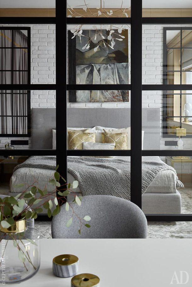 Вид из кухни-столовой на спальню. На стене картина работы Елизаветы Жилкиной, галерея ArtBrut.