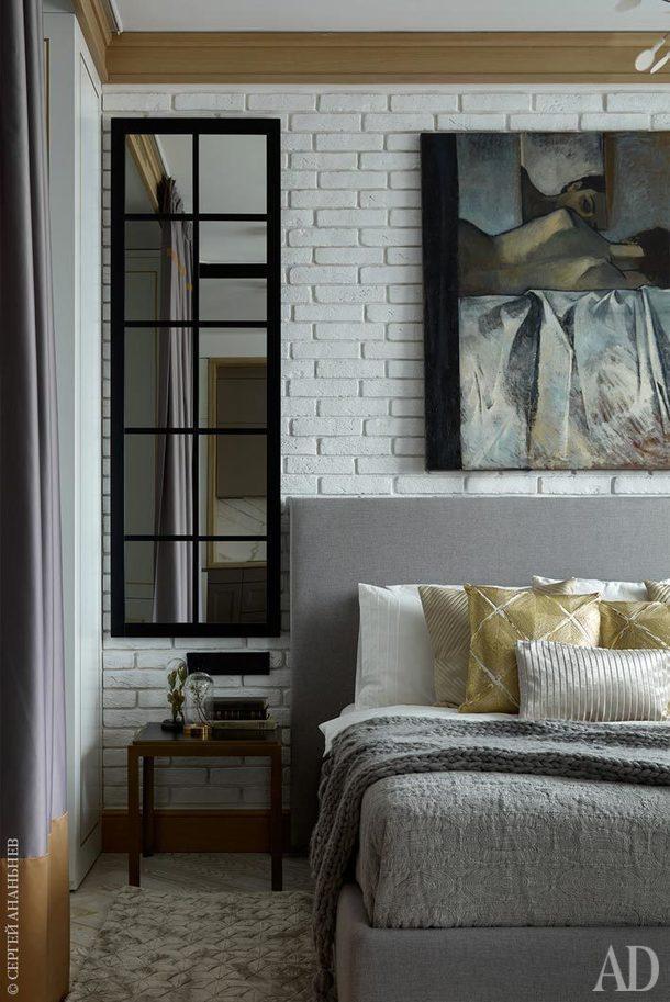 Фрагмент спальни. Кровать,Furnish; ковер и настольный светильник,The RUG Company; столики и текстиль, Crate&Barrel.