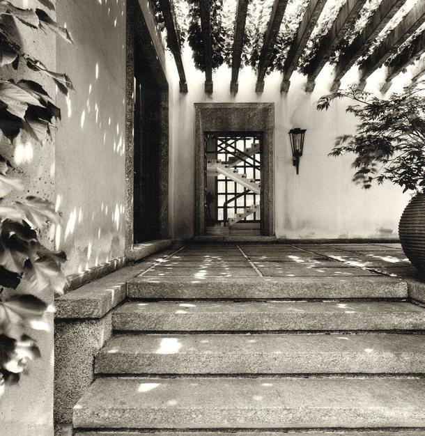 Пергола. Через открытую дверь на заднем плане видна лестница вгостиной. Фото сделано в1945году.
