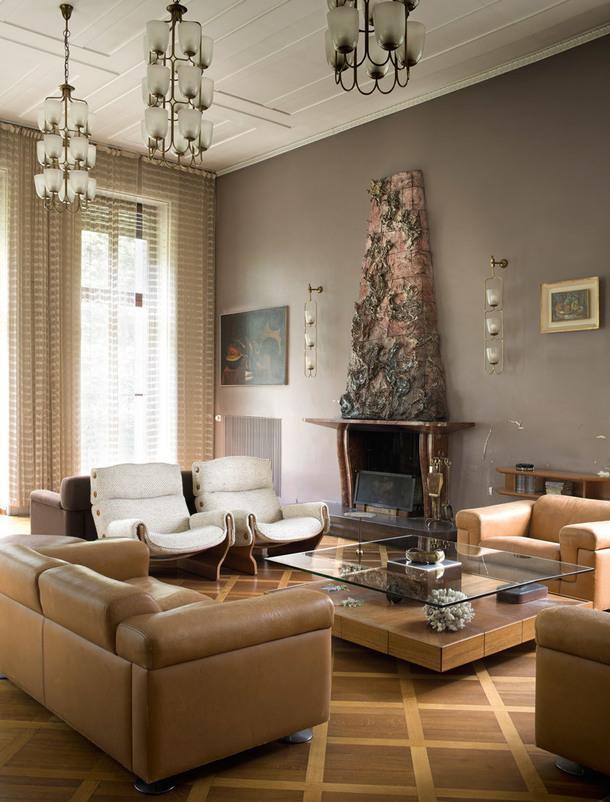Каминный уголок вгостиной. Сложный камин с изразцами синьор Борсани придумал вместе с Лучо Фонтана. Два кресла перед камином— модель P110, разработанная Освальдо Борсани. Настенные светильники придумал друг архитектора ГульельмоУльрих.