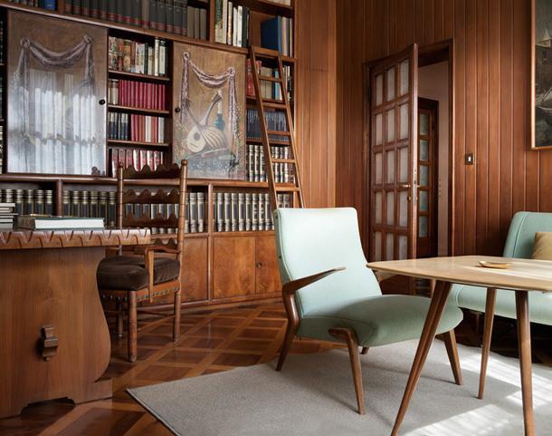 Библиотека. Старинная мебель соседствует с образцами, разработанными братьями Борсани.