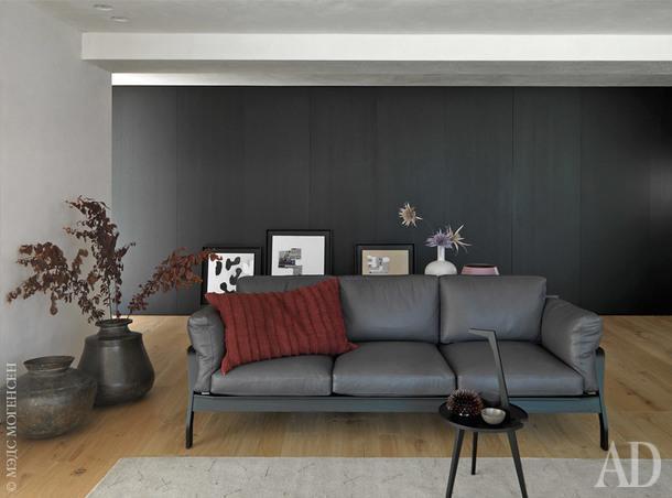 Фрагмент гостиной. Диван Eloro, Cassina; ковер, CC-Tapis.
