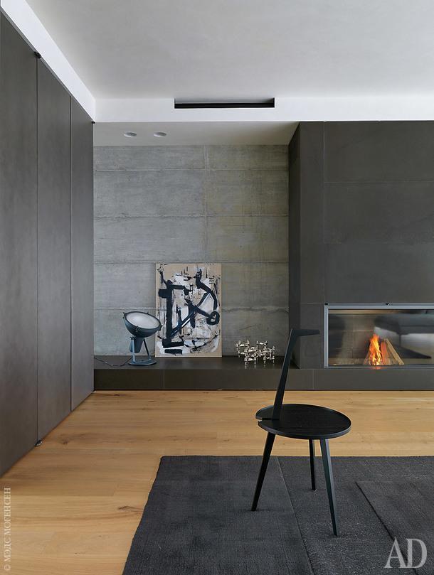 Каминная зона гостиной. У стены картина Ромео Микелотто. Ковер, CC-Tapis; столик Cicognino, дизайнер Франко Альбини, Cassina.