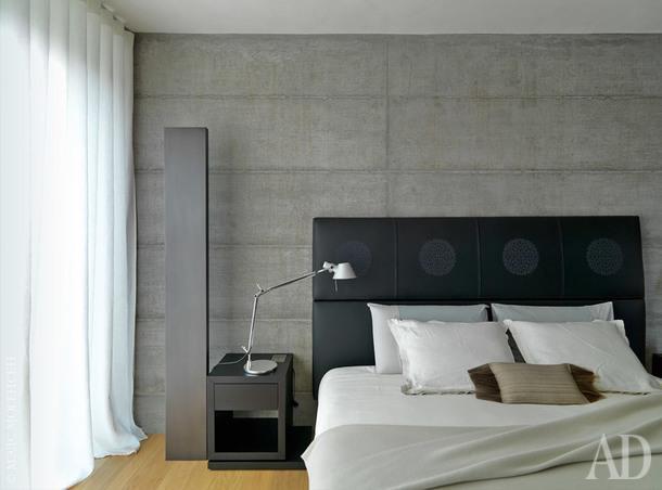 Спальня хозяев. Кровать, B&BItalia; на тумбочке лампа Tolomeo, дизайнер Микеле де Лукки, Artemide.