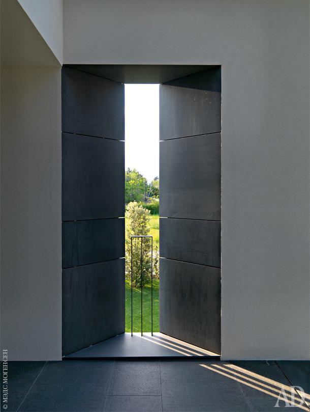 Узкие окна второго этажа, где расположены приватные пространства, похожи набойницы средневековыхзамков.