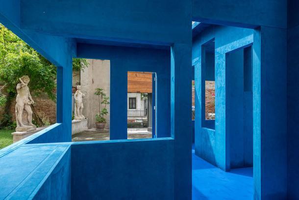 Инсталляция Blue Chair Крийна де Кенинга.
