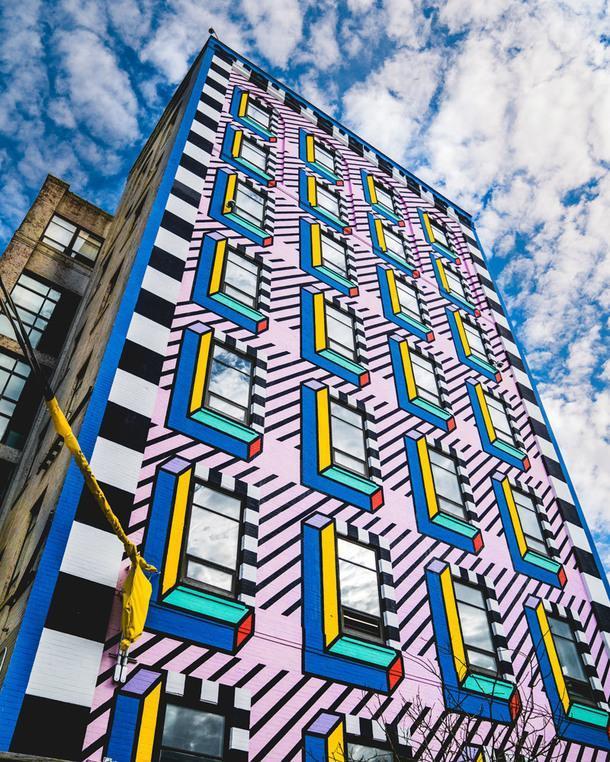 Фасад здания в Бруклине разрисовали в стиле мемфис