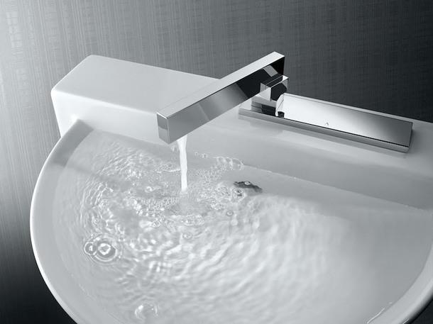 Смеситель Linea, Artize. Вода включается при повороте самого смесителя.