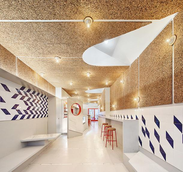 Геометричный бар в Барселоне