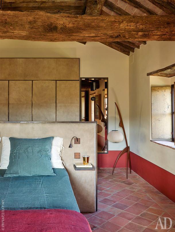 Гостевая спальня навтором этаже дома. Кровать, Gervasoni.