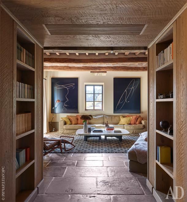 Гостиная. Диван, Gatti; журнальный столик по дизайну Жана-Луи Денио. Две фотографии лассо на стене работы Гонсало Риверы.