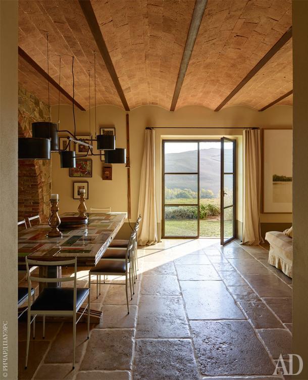 Фрагмент общего пространства на первом этаже— обеденная зона. Стол, Piet Hein Eek; винтажные стулья Superleggera по дизайну Джо Понти; люстра, Atelier Van Lieshout.