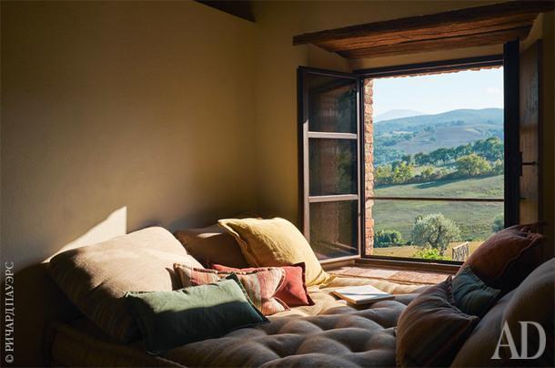 Гостевая спальня. У окна, словно обрамляющего умиротворяющий пейзаж, устроена созданная подизайну Элоди Сир кушетка для дневного отдыха.