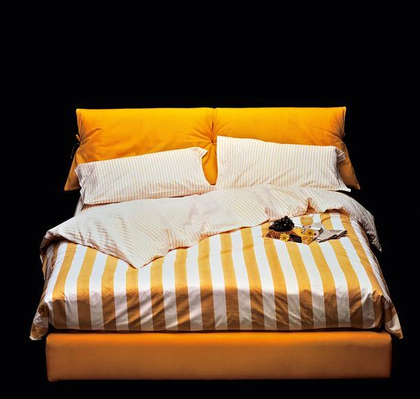 Сейчас кровать Nathalie можно собрать как конструктор: выбрать подходящее основание (с ящиком для белья или без него, с электроприводом или обычное), обивкуизмножества тканей, искусственных материалов и натуральной кожи, подходящие именно вам матрас, наматрасник, подушки и постельное белье.