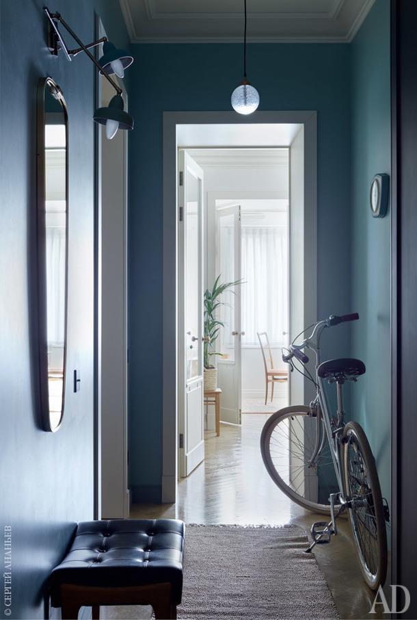 Коридор. Табурет, Bröderna Anderssons, Швеция, 1950–1960-е годы; люстра, Handle Studio; бра, Италия, 1950-е годы; часы, Wehrle, Германия, 1960‑егоды. Велосипед, Bear Bike.