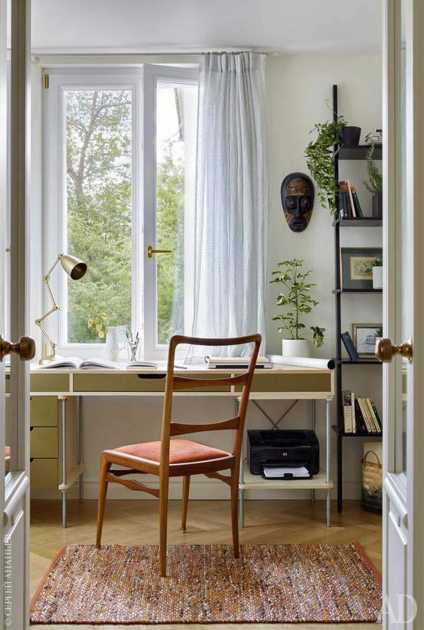 Кабинет. Стул, Paolo Buffa, Италия, 1950-е годы; стол выполнен на заказ по эскизу Юлии Голавской; этажерка, Swedese Libri.