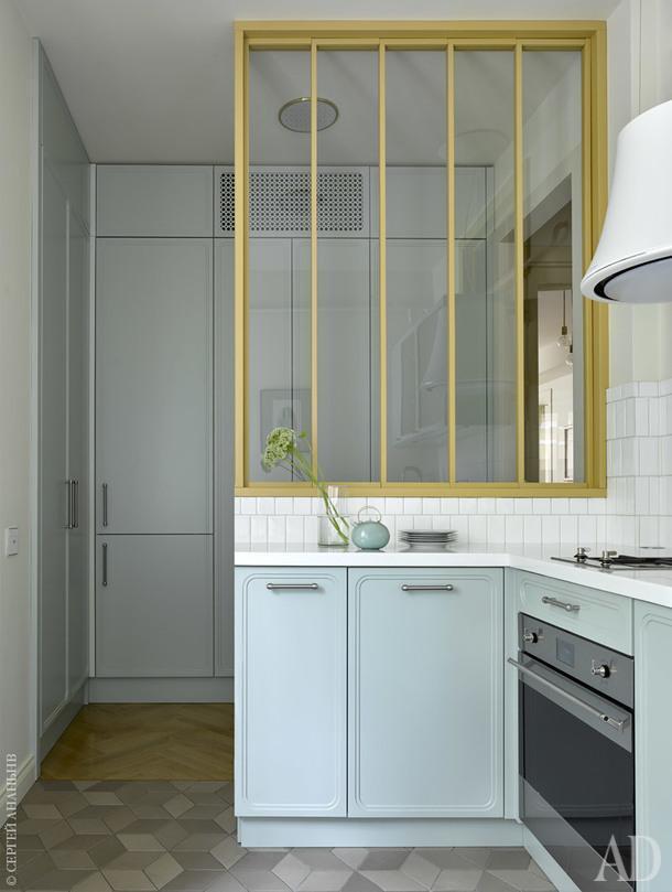 Кухня. Кухонный гарнитур и двери шкафов сделаны на заказ по эскизу дизайнера в мастерской Doorspro. Чайник, Gosta Grahs/Rorstrand, Швеция, 1980-е.