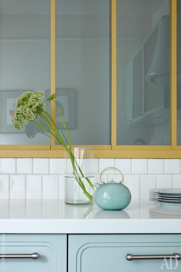 Кухонный гарнитур ивнутреннее окно сделаны поэскизам Юлии Голавской в мастерской Doorspro; чайник, Gösta Grähs, Rörstrand, Швеция, 1980-е годы.