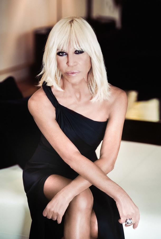 Донателла Версаче. Младшая сестра и любимая муза легендарного Джанни Версаче изучала в Университете Флоренции итальянскую литературу, работала PR-директором семейного бренда, а после гибели брата продолжила его дело, став креативным директором иглавным дизайнером Versace.