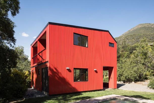 Красный дом в Чили по проекту Felipe Assadi Arquitectos