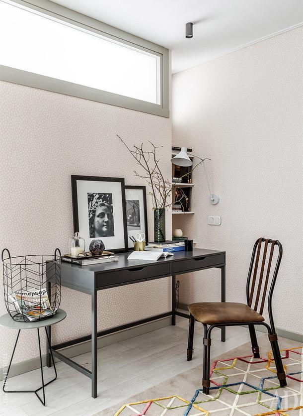 Рабочее место в гостиной. Чтобы впустить в эту часть квартиры естественный свет, верхнюю часть перегородки между спальней с гостиной застеклили. Дверь тоже со стеклом.