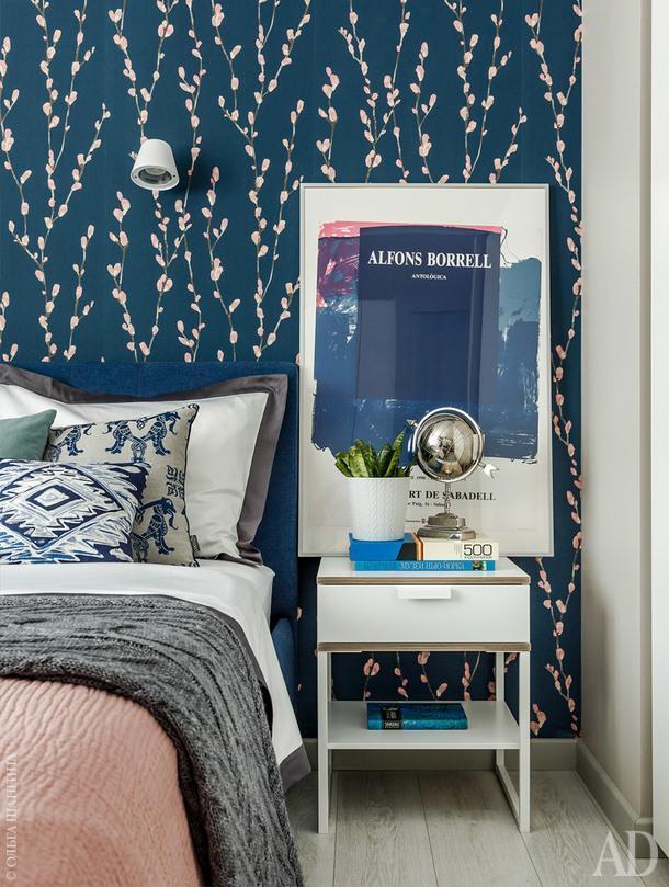 Фрагмент спальни. Обои с трюфельными веточками и розовыми почками на темно-синем фоне — ключ к цветовому решению всего интерьера.