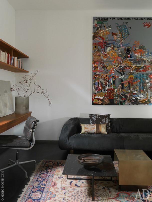 Самые новые вещи в доме — диван и приставной столик, все Baxter. На стене коллаж американского художника Г.Брэдли Родса.