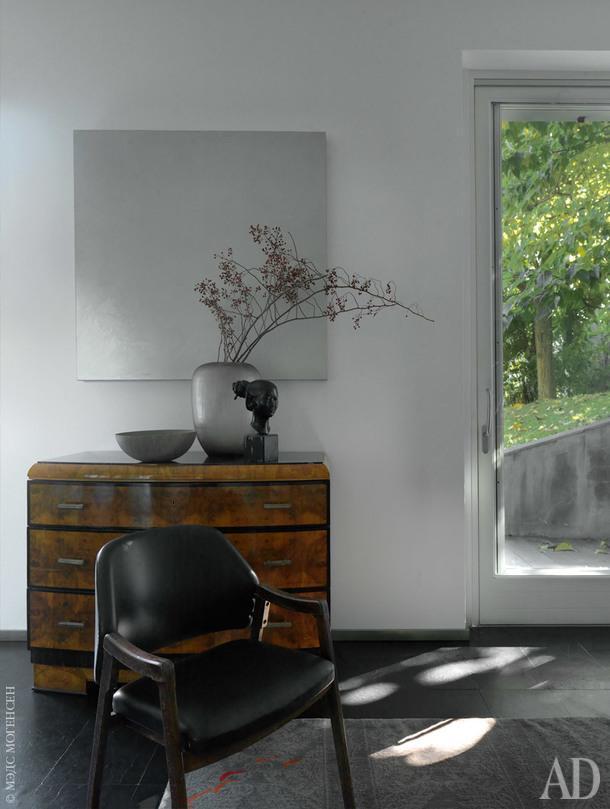 Фрагмент гостиной. За винтажным креслом, Cassina, антикварный комод иработа ДэвидаСимпсона.