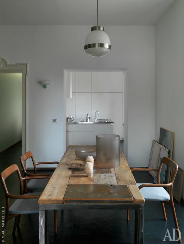 В столовой — стол из восстановленного дерева, Costanza Algranti; светильник подизайну Джо Понти; стулья 1960-х годов.