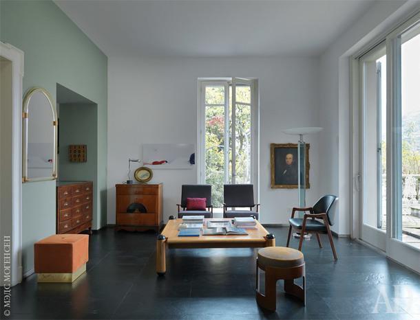 В гостиной журнальный столик по дизайну ИкоПаризи,зеркало 1920‑хгодов, Seguso, икресла 1960‑хгодов.