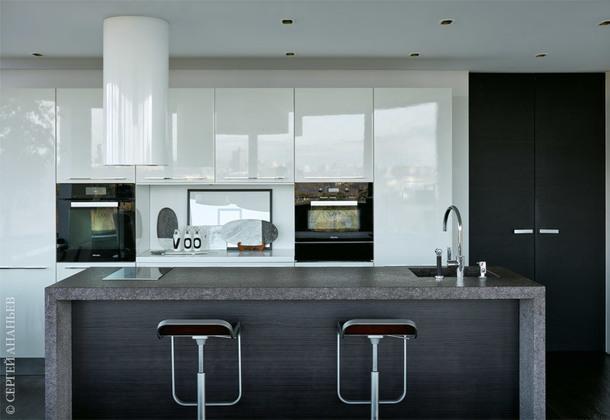 Кухня, Euromobil; барные стулья, La Palma; столешница, Artishock; двери, Bluinterni; аксессуары, Crateand Barrel.
